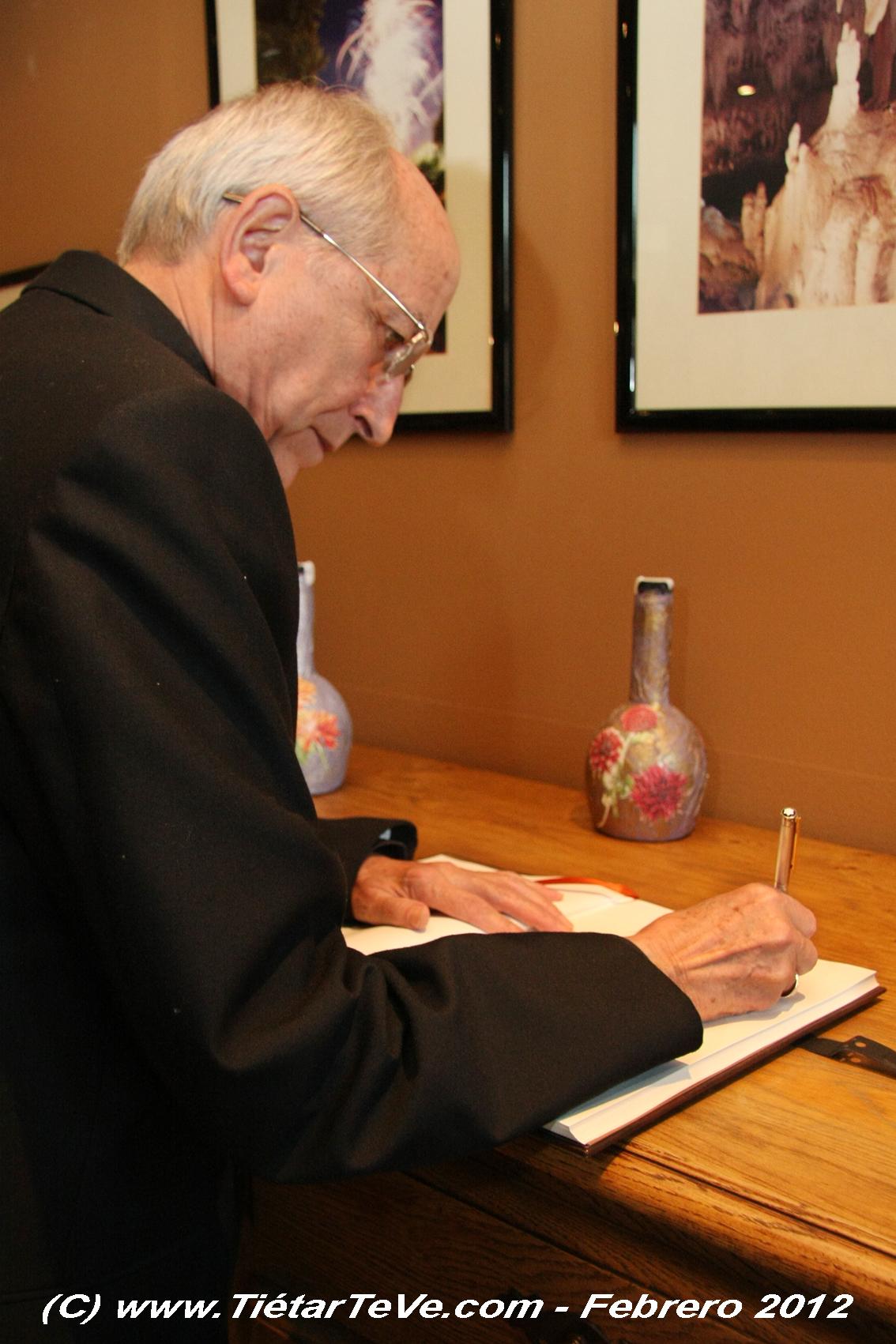Firmando en el libro de honor de la Residencia San Andrés