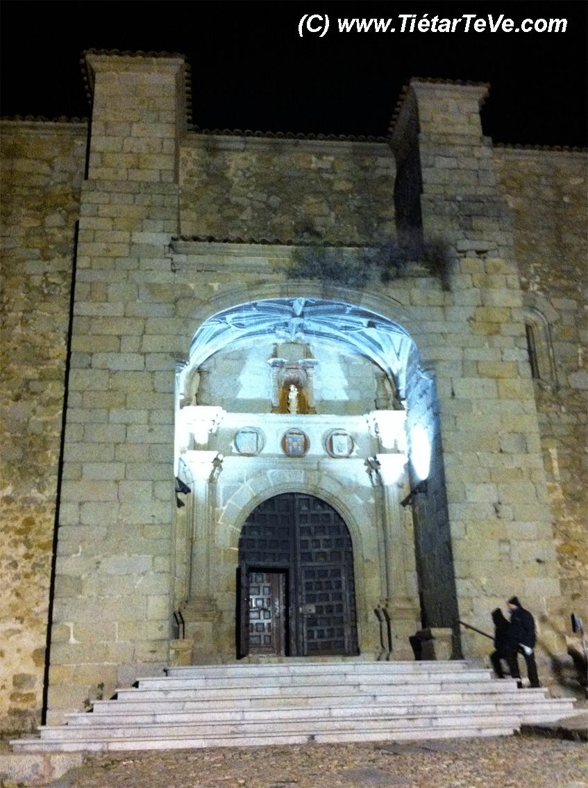 Entrada a la Iglesia parroquial de San Esteban del Valle - TiétarTeVe.com