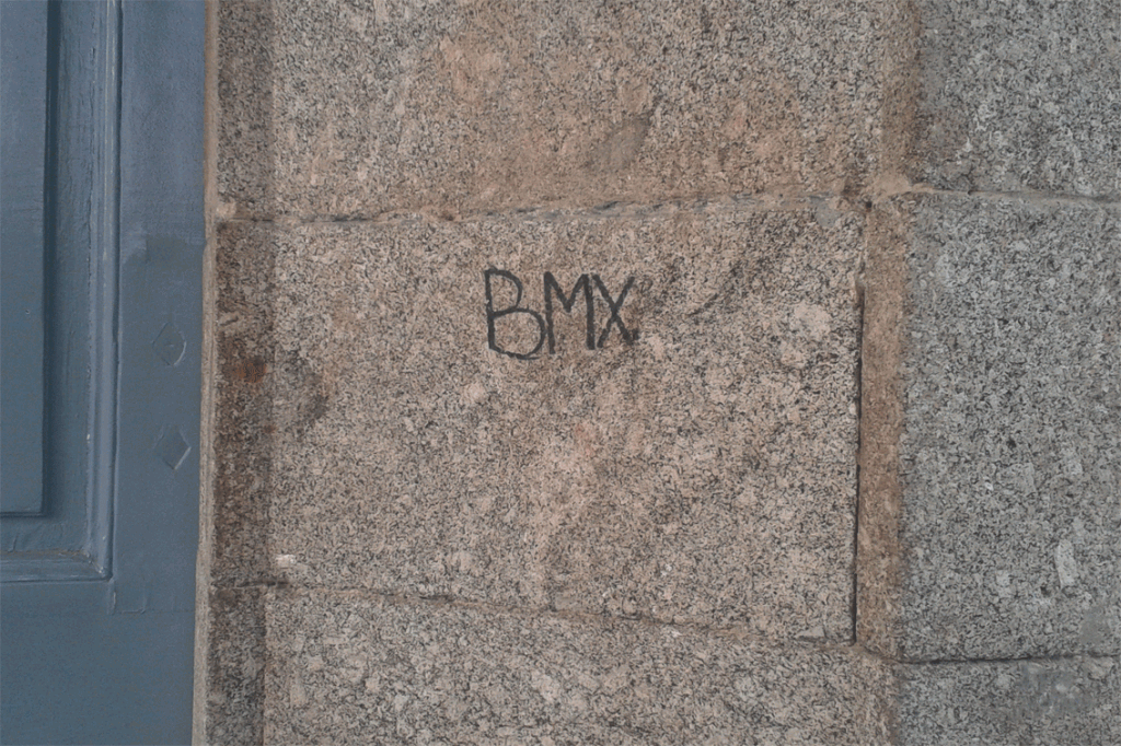 17-Abril-2012 Marcas en las columnas del Palacio de la Mosquera