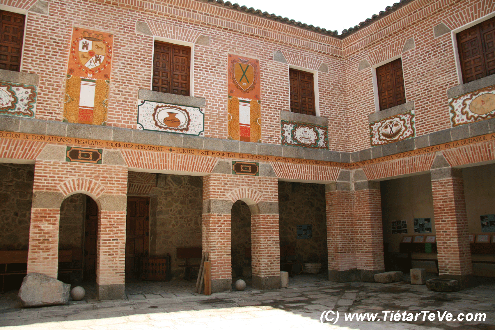Patio Interior del Hospital de San Andrés en Mombeltrán - TiétarTeVe