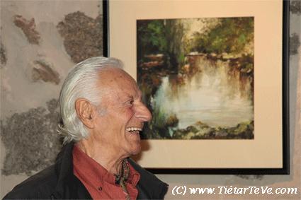 Manuel Aznar de Arenas posando delante de una de sus obras