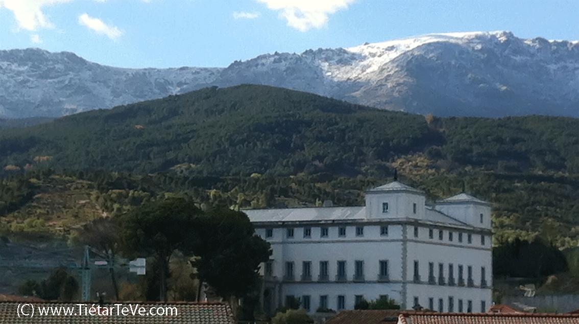 Palacio del Infante don Luis de Borbón y Farnesio y la Sierra de Gredos