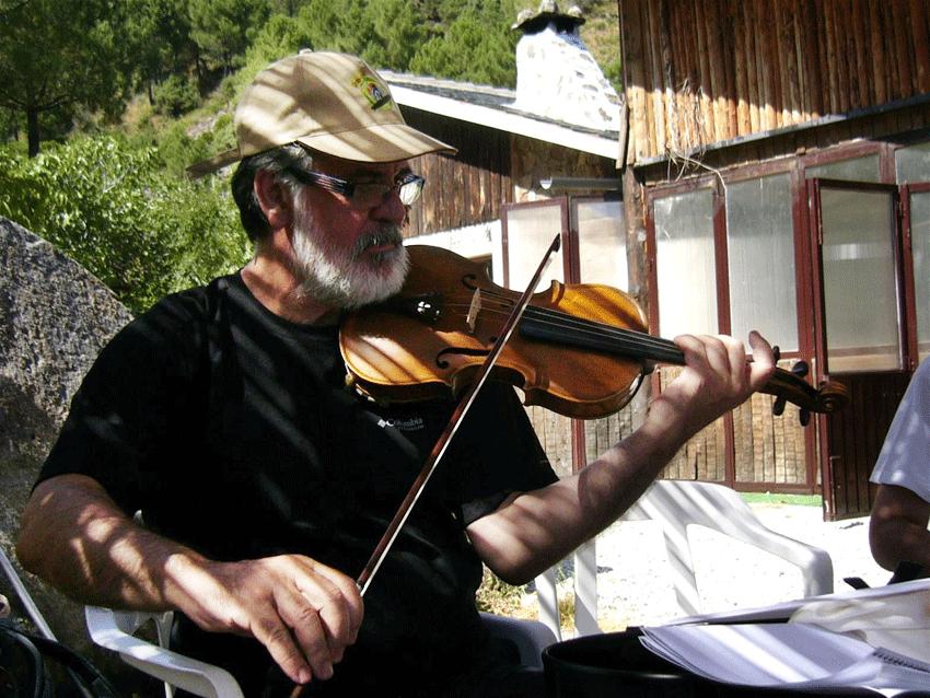 Rubén Fernández Tocando el Violín junto a Los Galayos de la Sierra de Gredos