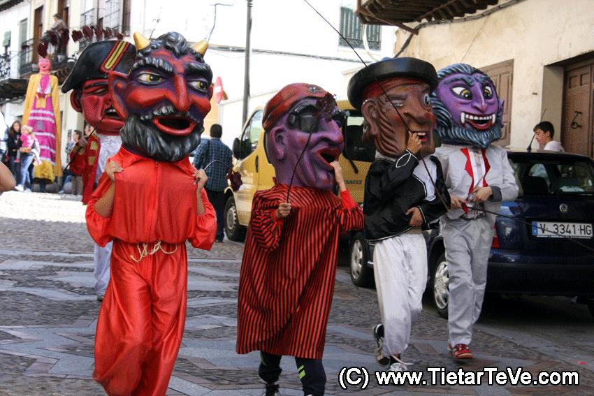 Gigantes y Cabezudos en Arenas de San Pedro - TiétarTeVe