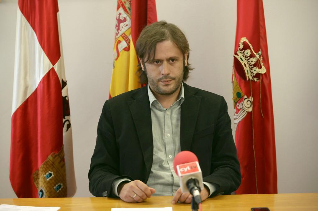 """Oscar Tapias en la rueda de prensa hablando sobre la Escuela Infantil """"La Luciérnaga"""""""