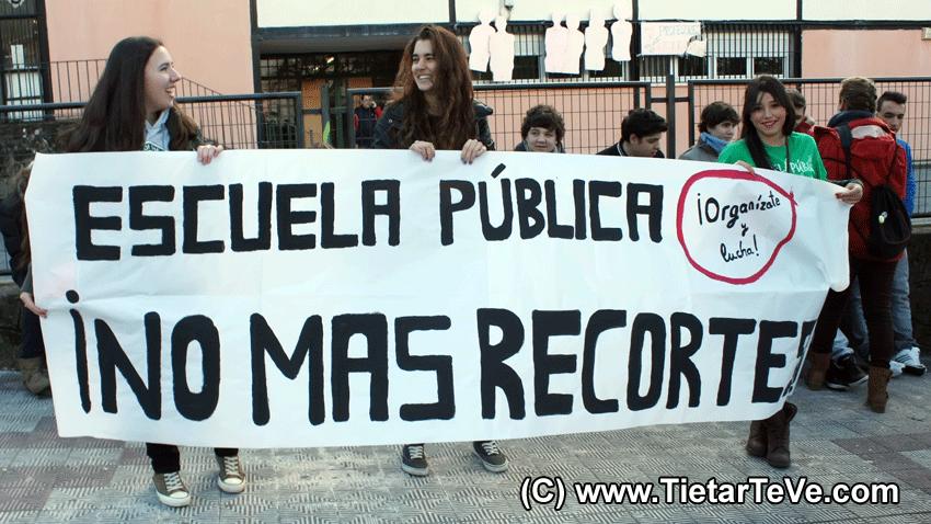 Recortes en Educación - Manifestación de Estudiantes en Arenas de San Pedro - TiétarTeVe.com