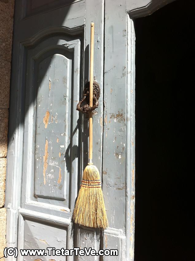 Labores de Limpieza en el Palacio de la Mosquera - TiétarTeVe