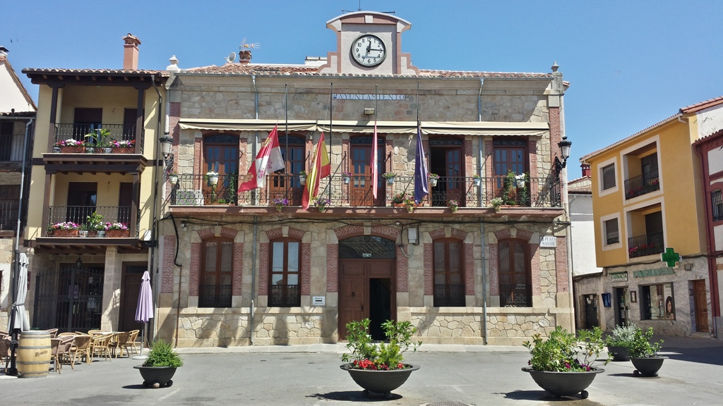 Banderas media asta en el Ayuntamiento de Candeleda - TiétarTeVe
