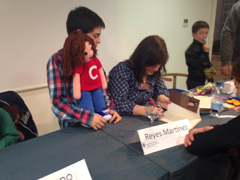 Reyes Martínez firmando libros - TiétarTeVe