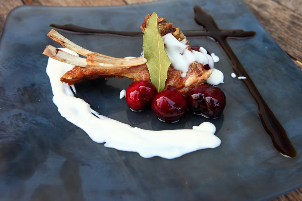 1º Bar La Justa. Tapa Chuleta de cabrito con salsa de queso de cabra y cerezas a la pimienta - Concurso de Tapas Villa de Candeleda - TiétarTeVe