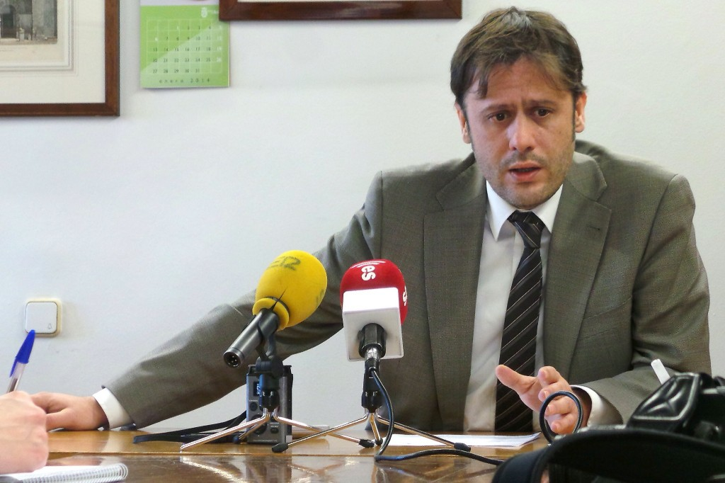 Óscar Tapias del PSOE de Arenas de San Pedro - Centro de Salud - TiétarTeVe
