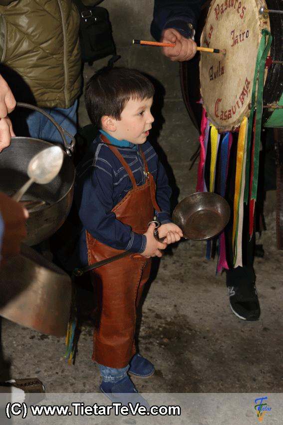 Pastorcito de Casavieja con la sartén y la llave antigua en acción en Mascarávila 2015 de Pedro Bernardo - TiétarTeVe