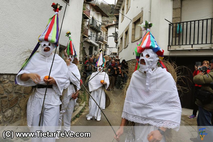 Los Zarramaches de Casavieja en el I Mascarávila de Pedro Bernardo 2015 - TiétarTeVe