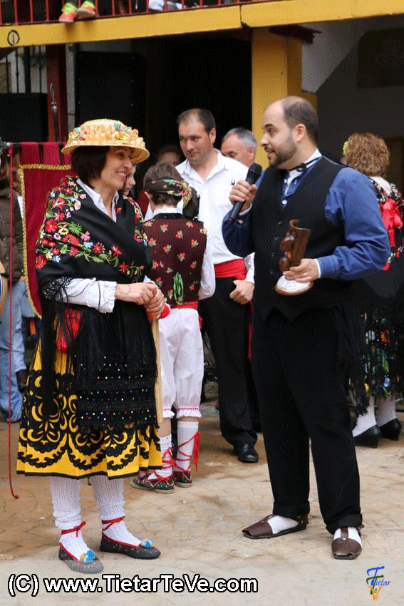 Pedro Granado entrega la Máscara de Mascarávila a Mercedes Martín del Grupo de Danzas de Hoyocasero - TiétarTeVe
