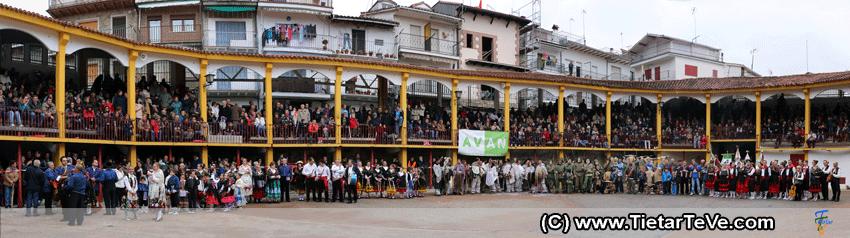 Panorámica de la Plaza de Toros de Pedro Bernardo con los grupos participantes en Mascarávila 2015 - TiétarTeVe