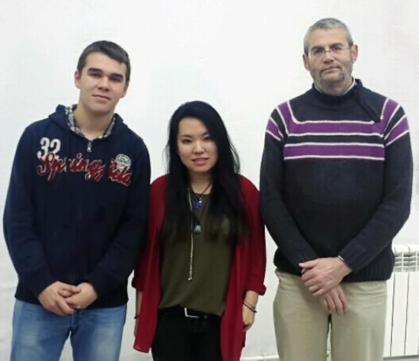 Fernando Chacón Sánchez y Andrea Lin Xiang Ma, junto a su profesor de Física y Química, Miguel Lozano Barba