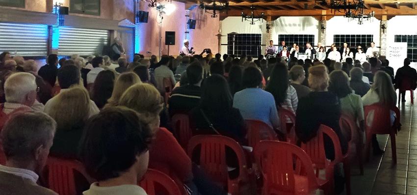 Público asistente al acto de presentación de los candidatos del Partido Popular de Candeleda y El Raso a las Municipales 2015 - TiétarTeVe