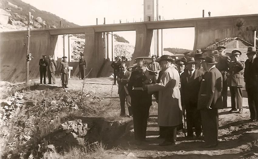 Construcción de la presa de Rosarito - Las autoridades de la época visitan las obras del pantano de Rosarito – NODO