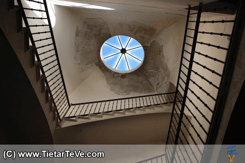 Escalera interior del Palacio del Infante don Luis de Borbón y Farnesio o Palacio de la Mosquera de Arenas de San Pedro – TiétarTeVe
