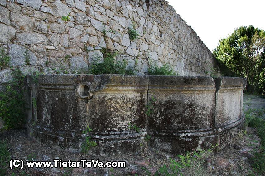 Fuente exterior del Palacio del Infante don Luis de Borbón y Farnesio o Palacio de la Mosquera de Arenas de San Pedro – TiétarTeVe