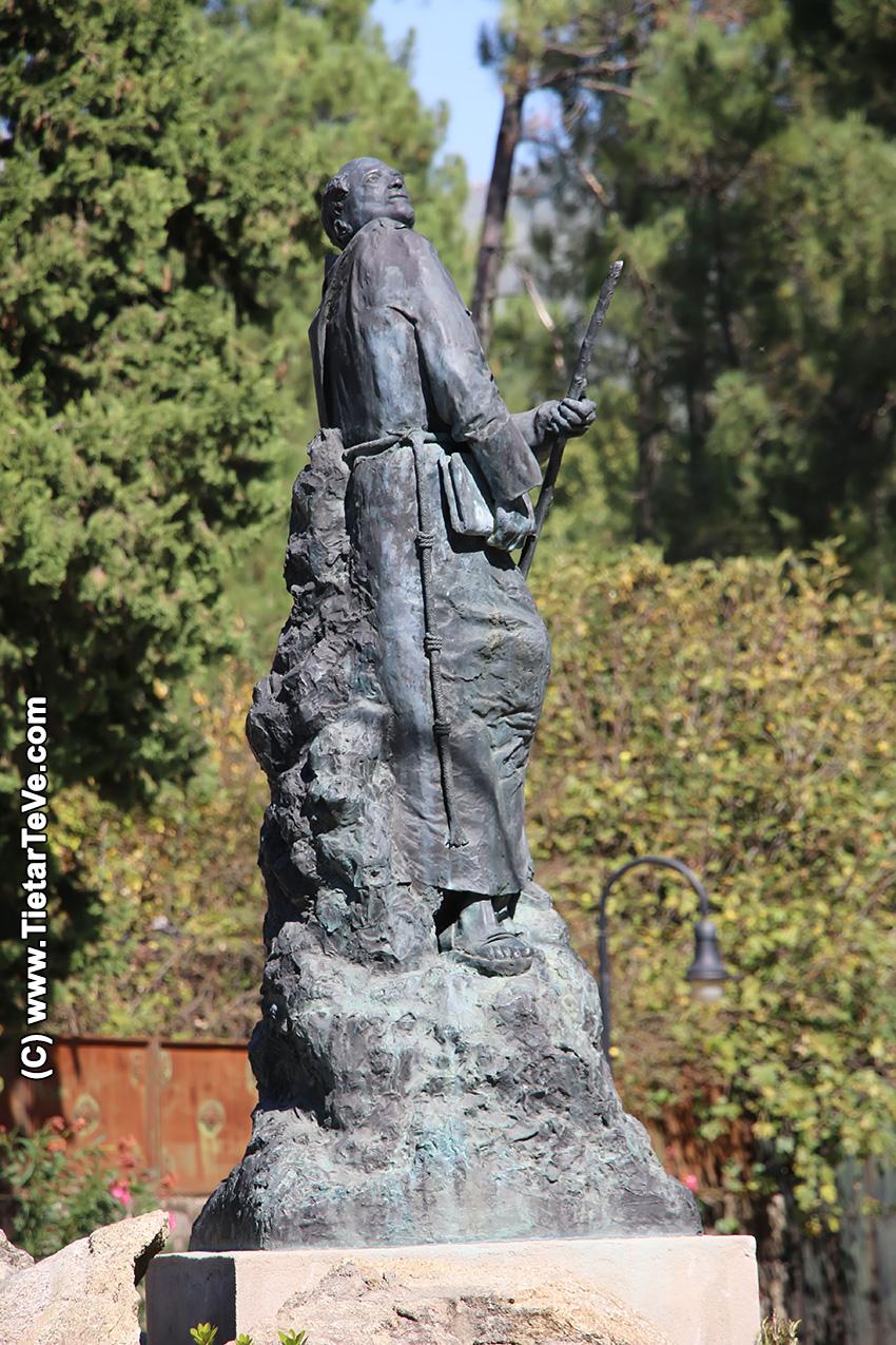 Estatua de San Pedro de Alcántara obra de Manuel Aznar de Arenas - Arenas de San Pedro - TiétarTeVe
