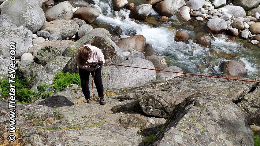 Paso asegurado por cuerdas - Senda de Pescadores de Candeleda