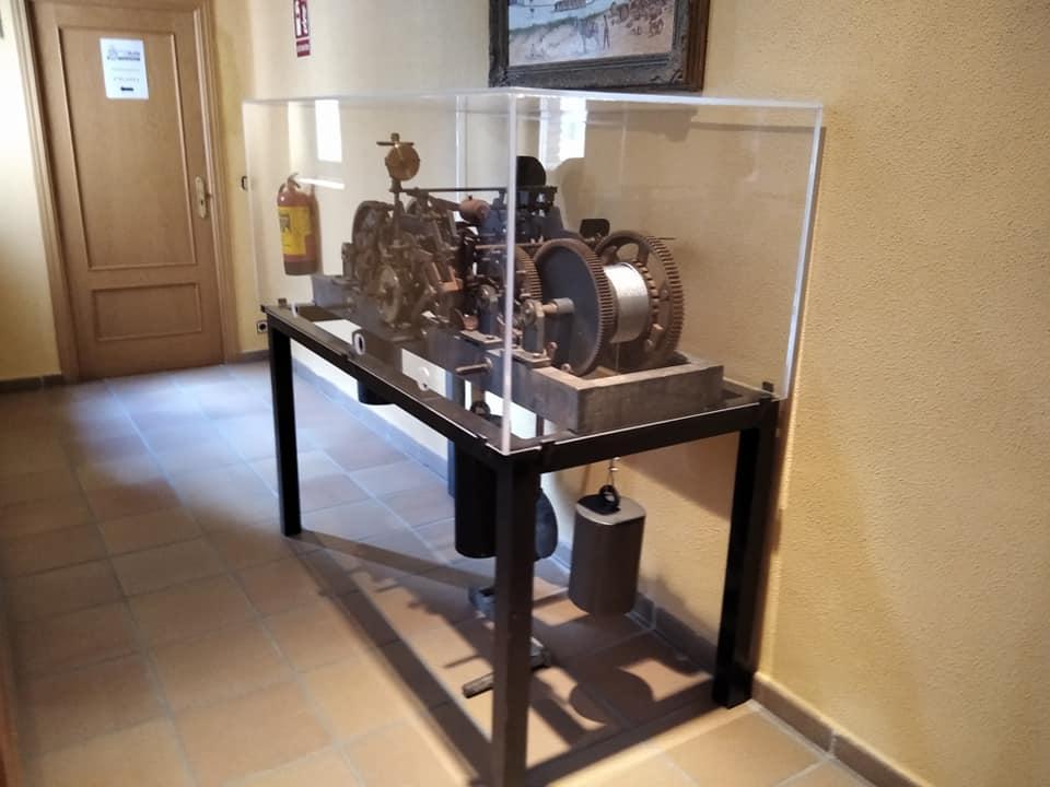 Maquinaria del reloj de la torre restaurada y expuesta en el Ayuntamiento de Mombeltrán