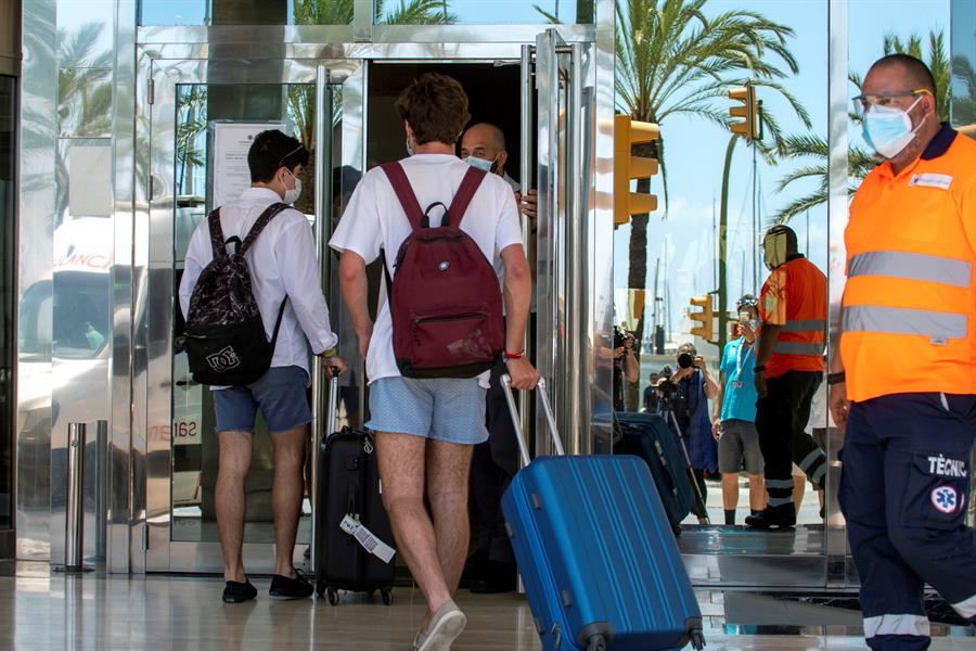 Varios jóvenes son trasladados al hotel Palma Bellver de Palma, donde permanecerán en aislamiento al tener relación directa o indirecta con el brote por covid de un viaje de estudios en Mallorca. EFE/CATI CLADER